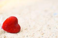 Καρδιές στην άμμο στην έννοια παραλιών του αισθήματος Στοκ φωτογραφία με δικαίωμα ελεύθερης χρήσης