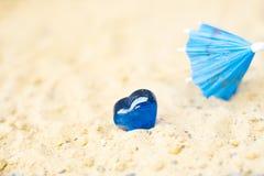 Καρδιές στην άμμο στην έννοια παραλιών του αισθήματος Στοκ Εικόνες