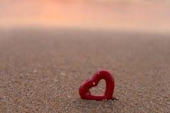Καρδιές στη μαλακή εστίαση θερινών παραλιών Στοκ Εικόνα