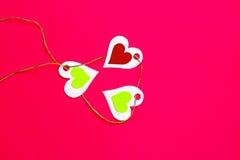 Καρδιές στις καρδιές σε ένα κόκκινο διάστημα υποβάθρου και αντιγράφων στοκ φωτογραφία με δικαίωμα ελεύθερης χρήσης