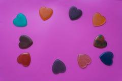 Καρδιές στο ιώδες υπόβαθρο βαλεντίνος καρτών s ημέρας Στοκ Εικόνα
