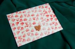 Καρδιές στο φάκελο Στοκ Εικόνες