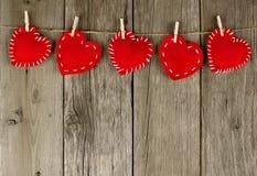 Καρδιές υφασμάτων στη σκοινί για άπλωμα Στοκ φωτογραφία με δικαίωμα ελεύθερης χρήσης