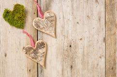 Καρδιές φιαγμένες από φλοιό σε ένα ξύλινο υπόβαθρο στοκ εικόνες
