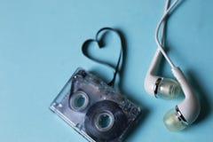 Κασέτα ήχου σε ένα μπλε υπόβαθρο Στοκ Εικόνες