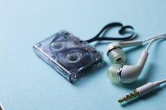 Κασέτα ήχου σε ένα μπλε υπόβαθρο Στοκ εικόνα με δικαίωμα ελεύθερης χρήσης
