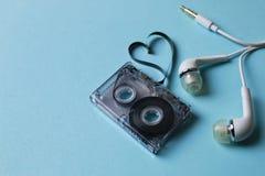 Κασέτα ήχου σε ένα μπλε υπόβαθρο Στοκ Φωτογραφίες