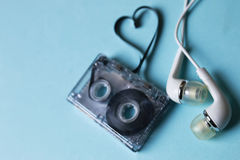 Κασέτα ήχου σε ένα μπλε υπόβαθρο Στοκ Εικόνα