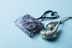 Κασέτα ήχου σε ένα μπλε υπόβαθρο Στοκ φωτογραφίες με δικαίωμα ελεύθερης χρήσης
