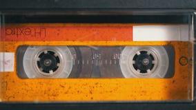 Κασέτα ήχου Το εκλεκτής ποιότητας όργανο καταγραφής ταινιών παίζει την ακουστική κασέτα που παρεμβάλλεται εκεί μέσα απόθεμα βίντεο