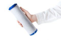 Κασέτα φίλτρων νερού στο ανθρώπινο χέρι Στοκ Φωτογραφία