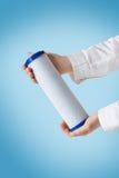 Κασέτα φίλτρων νερού στο ανθρώπινο χέρι Στοκ φωτογραφία με δικαίωμα ελεύθερης χρήσης