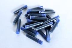Κασέτες μπλε μελανιού που γράφουν με μια μάνδρα πηγών στοκ εικόνα