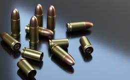 Κασέτες πιστολιών του caliber 9 χιλ. στο γκρίζο υπόβαθρο Στοκ Εικόνες