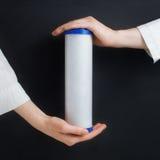 Κασέτες φίλτρων νερού στα ανθρώπινα χέρια Στοκ Εικόνες