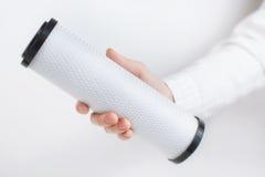 Κασέτες φίλτρων νερού στα ανθρώπινα χέρια Στοκ Φωτογραφία