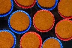 Κασσίτεροι με τη ζύμη για τα κέικ Στοκ φωτογραφίες με δικαίωμα ελεύθερης χρήσης