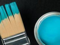 Κασσίτερος του μπλε χρώματος με μια βούρτσα χρωμάτων στοκ φωτογραφίες