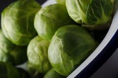 Κασσίτερος ψησίματος σμάλτων που γεμίζουν με τις φυλλώδεις πράσινες Βρυξέλλες - νεαροί βλαστοί Στοκ φωτογραφία με δικαίωμα ελεύθερης χρήσης