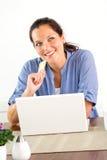Κατάθεση βασικών πόρων χρηματοδότησης αγορών Διαδίκτυο γυναικών χαμόγελου Στοκ Φωτογραφία