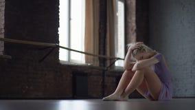 Κατάθλιψη και κούραση ενός χορευτή που κάθεται στο πάτωμα φιλμ μικρού μήκους