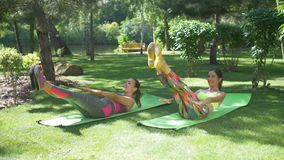 Κατάλληλες γυναίκες που κάνουν β-επάνω στην τονίζοντας άσκηση κρίσιμης στιγμής αβ φιλμ μικρού μήκους