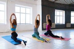 Κατάλληλες γυναίκες που κάνουν τις τεντώνοντας ασκήσεις πριν από τις διασπάσεις στοκ εικόνα με δικαίωμα ελεύθερης χρήσης
