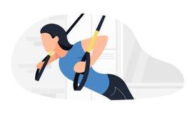 Κατάλληλη γυναίκα που επιλύει στο trx που κάνει bodyweight τις ασκήσεις Δύναμη ικανότητας που εκπαιδεύει workout ελεύθερη απεικόνιση δικαιώματος