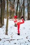 Κατάλληλη γυναίκα που θερμαίνει τη χειμερινή κατάρτιση πρωινού στοκ φωτογραφία με δικαίωμα ελεύθερης χρήσης