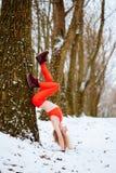 Κατάλληλη γυναίκα που θερμαίνει τη χειμερινή κατάρτιση πρωινού στοκ εικόνες