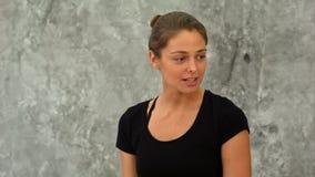 Κατάλληλη γυναίκα που μιλά στην ομάδα της στην κατηγορία γιόγκας Στοκ Φωτογραφία