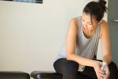 Κατάλληλη γυναίκα στη γυμναστική Στοκ φωτογραφία με δικαίωμα ελεύθερης χρήσης