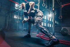 Κατάλληλη επίλυση ανύψωσης νεαρών άνδρων barbells σε μια γυμναστική στοκ φωτογραφία με δικαίωμα ελεύθερης χρήσης