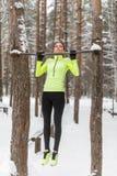 Κατάλληλος αθλητής γυναικών που εκτελεί το τράβηγμα UPS σε έναν φραγμό Υπαίθρια κατάρτιση χειμερινών οδών workout στοκ εικόνα με δικαίωμα ελεύθερης χρήσης