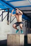 Κατάλληλο άτομο που κάνει τα άλματα κιβωτίων σε μια γυμναστική Στοκ εικόνα με δικαίωμα ελεύθερης χρήσης