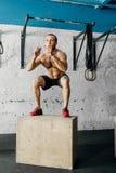 Κατάλληλο άτομο που κάνει τα άλματα κιβωτίων σε μια γυμναστική Στοκ Εικόνες
