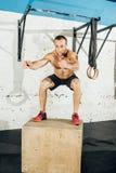 Κατάλληλο άτομο που κάνει τα άλματα κιβωτίων σε μια γυμναστική Στοκ φωτογραφίες με δικαίωμα ελεύθερης χρήσης