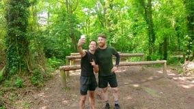 Κατάλληλο άτομο που παίρνει selfie στο στρατόπεδο 4k μποτών απόθεμα βίντεο