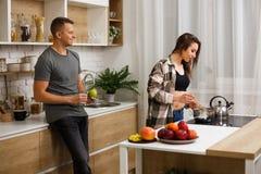 Κατάλληλο ζεύγος που έχει την κουζίνα προγευμάτων στο σπίτι στοκ εικόνες με δικαίωμα ελεύθερης χρήσης
