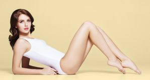 Κατάλληλο και φίλαθλο κορίτσι στο εσώρουχο Όμορφη και υγιής τοποθέτηση γυναικών στο άσπρο μαγιό στοκ εικόνα