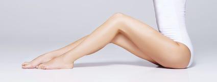 Κατάλληλο και όμορφο θηλυκό σώμα Νέο κορίτσι στο άσπρο μαγιό Στοκ φωτογραφία με δικαίωμα ελεύθερης χρήσης