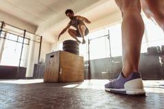 Κατάλληλο κιβώτιο ατόμων που πηδά στη διαγώνια γυμναστική κατάρτισης Στοκ φωτογραφία με δικαίωμα ελεύθερης χρήσης