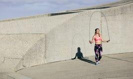 Κατάλληλο νέο πηδώντας σχοινί γυναικών Στοκ εικόνα με δικαίωμα ελεύθερης χρήσης