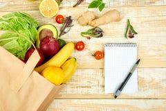 Κατάλογος αγορών, βιβλίο συνταγής, σχέδιο διατροφής Έννοια Grocering στοκ εικόνες με δικαίωμα ελεύθερης χρήσης