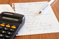 Κατάλογος αγορών σχετικά με ένα κομμάτι χαρτί στοκ εικόνα με δικαίωμα ελεύθερης χρήσης