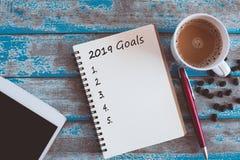κατάλογος 2019 στόχων με το σημειωματάριο και τη μάνδρα και τον καφέ στοκ εικόνα με δικαίωμα ελεύθερης χρήσης