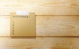 Κατάλογος 2019 στόχων στο καφετί έγγραφο για τον ξύλινο τοίχο στοκ εικόνες με δικαίωμα ελεύθερης χρήσης