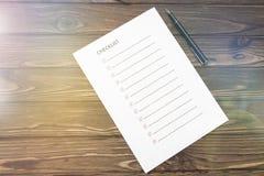 Κατάλογος, κατάλογος σχετικά με χαρτί, μάνδρα για το γράψιμο σε ένα ξύλινο υπόβαθρο Στοκ Φωτογραφία