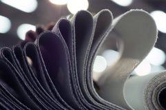 Κατάλογος του πολύχρωμου υφάσματος από matting το υπόβαθρο σύστασης υφάσματος, σύσταση υφάσματος μεταξιού, υπόβαθρο βιομηχανίας κ Στοκ εικόνα με δικαίωμα ελεύθερης χρήσης