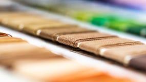 Κατάλογος των νημάτων Πολύχρωμα νήματα επίπλων Υπόβαθρο βιομηχανίας κλωστοϋφαντουργίας με θολωμένος Μακροεντολή, έννοια του σχεδί Στοκ φωτογραφία με δικαίωμα ελεύθερης χρήσης